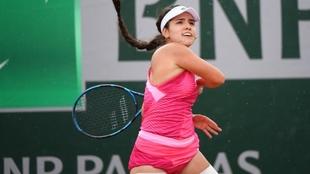 María Camila Osorio (19) durante un partido de tenis.