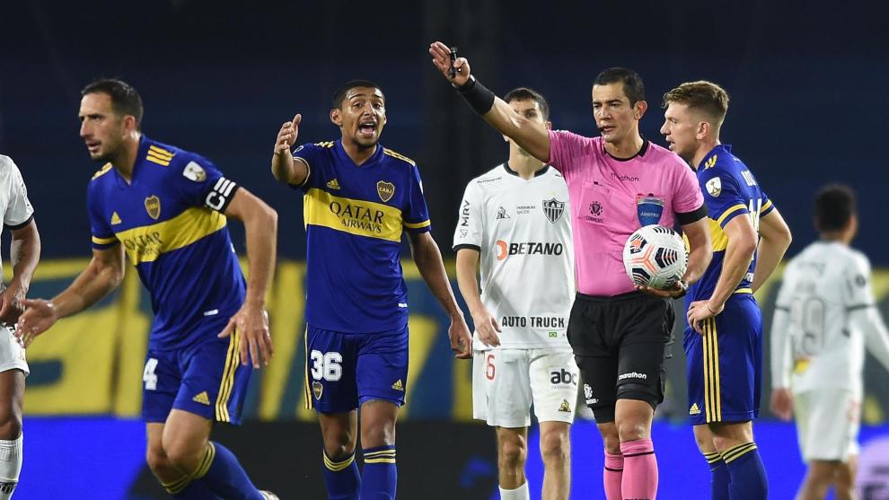 Jugadores de Boca Juniors protestan decisión del árbitro Andrés...