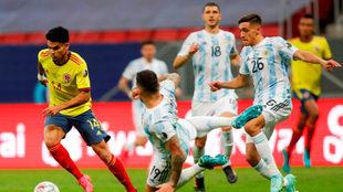 Luis Díaz se quita la marca de algunos jugadores argentinos.