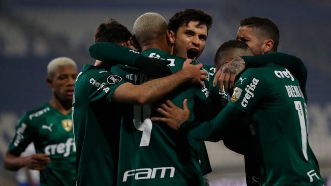 Palmeiras venció con polémica  U. Católica en el partido de ida.