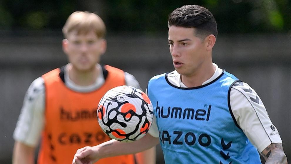 James Rodríguez podría salir del Everton por su alto salario.