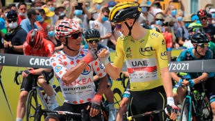 Nairo Quintana se saluda con Pogacar en una etapa del Tour 2021.