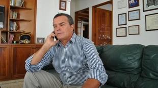 Óscar Martán atiende una llamada en su casa.
