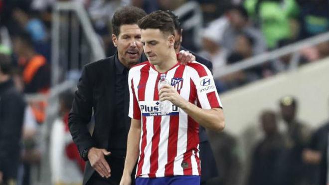 Simeone da indicaciones a Arias durante un partido ante el Atlético