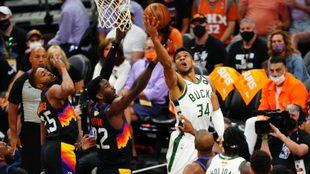 Anteto anota en el partido ante los Suns