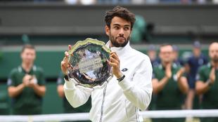 Berrettini, con la bandeja de subcampeón de Wimbledon.