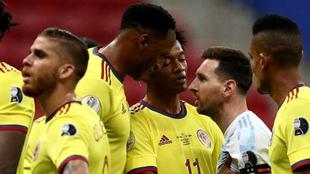 Un cara-cara entre Yerry y Messi en el juego de Copa América 2021.