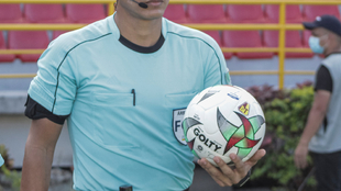 Balón de la Liga BetPlay Dimayor, en mano de un árbitro.