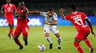 Luis Paz lucha la pelota contra Vítor dos Santos.