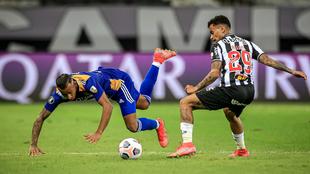 Sebastián Villa tropieza en una acción del partido.