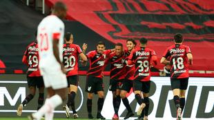 Vitinho celebra con sus compañeros el segundo gol.
