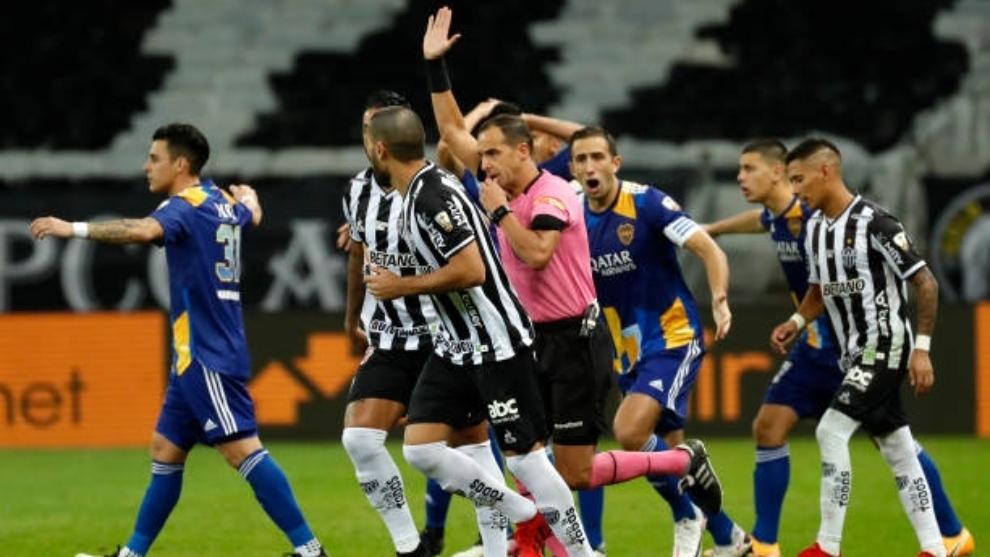 El árbitro anula uno de los goles a Boca Juniors ante la...