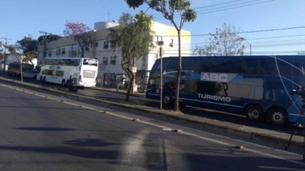 Bus de Boca Junior a las afueras de la comisaría.