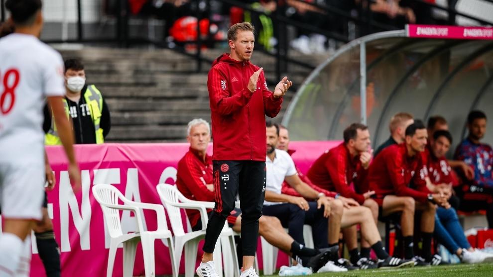 Julien Naggelsmann dirigiendo al Bayern en un partido de pretemporada.