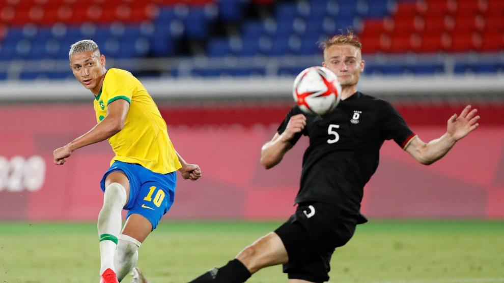 Richarlison remata a gol ante Alemania.