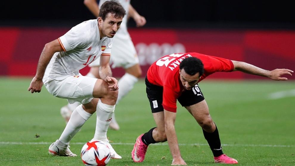 El jugador español Mikel Oyarzábal pugna el balón con un rival.