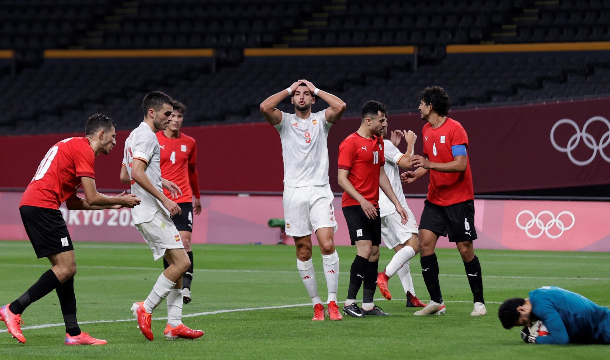 EVE343. SAPPORO (JAPÓN), 22/07/2021.- El delantero de la <HIT>selección</HIT><HIT>española</HIT> Rafa Mir (c) reacciona tras fallar una ocasión durante el encuentro de las <HIT>selecciones</HIT> olímpicas de España y Egipto, perteneciente al grupo C de los Juegos Olímpicos de 2020, en el estadio Hokkaido Consadole Sapporo, en Sapporo, Japón. EFE/ RFEF/ Morenatti SOLO USO EDITORIAL/ SOLO USO DISPONIBLE PARA ILUSTRAR LA FOTOGRAFÍA QUE ACOMPAÑA/ (CRÉDITO OBLIGATORIO)