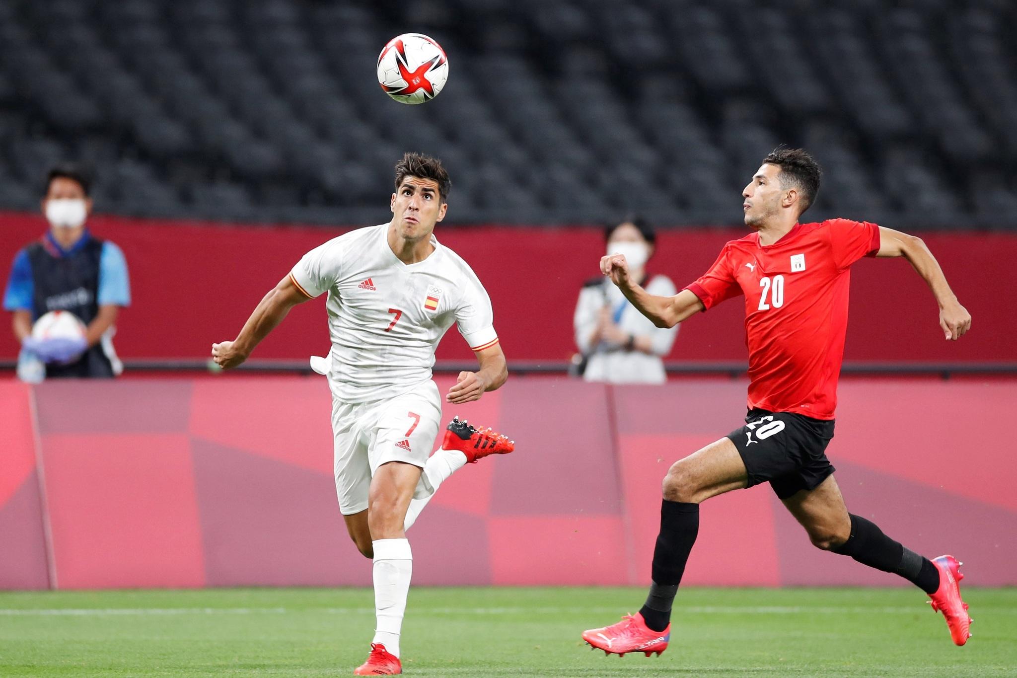 EVE343. SAPPORO (JAPÓN), 22/07/2021.- El centrocampista de la <HIT>selección</HIT><HIT>española</HIT> Marco Asensio (i) controla el balón ante el centrocampista egipcio Ahmed Fotouh (d) durante el encuentro de las <HIT>selecciones</HIT><HIT>olímpicas</HIT> de España y Egipto, perteneciente al grupo C de los Juegos <HIT>Olímpicos</HIT> de 2020, en el estadio Hokkaido Consadole Sapporo, en Sapporo, Japón. EFE/ RFEF/ Morenatti SOLO USO EDITORIAL/ SOLO USO DISPONIBLE PARA ILUSTRAR LA FOTOGRAFÍA QUE ACOMPAÑA/ (CRÉDITO OBLIGATORIO)