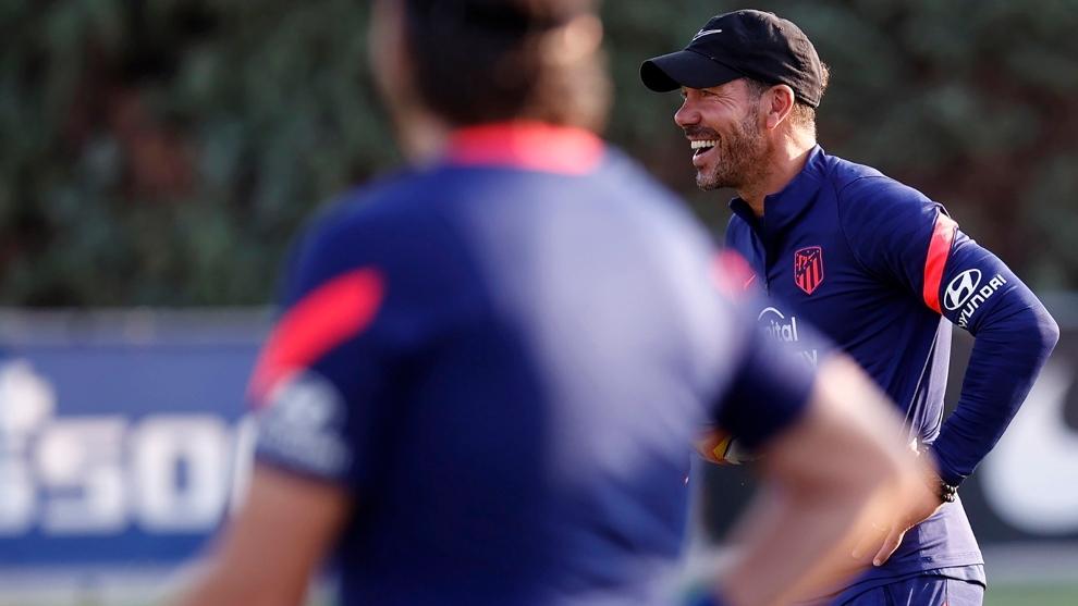 Diego Pablo Simeone (51) en un entrenamiento de pretemporada con el...