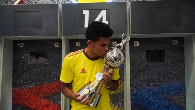 Luis Díaz besa el trofeo de goleador de la Copa América que comparte...