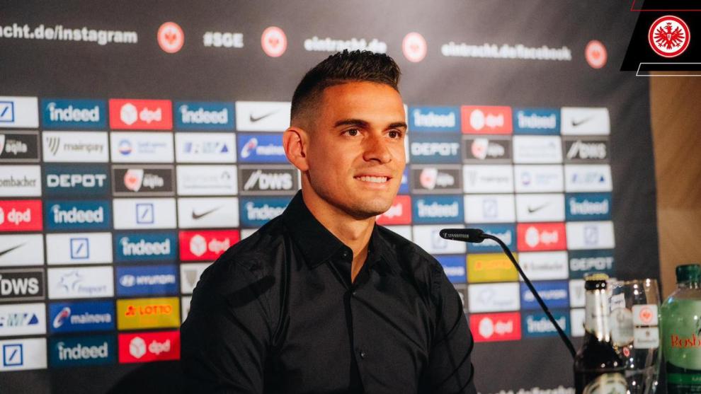 Rafael Santos Borré, en su primera rueda de prensa con el Eintracht...