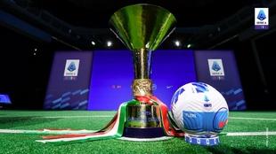 El trofeo y el balón de la Serie A.