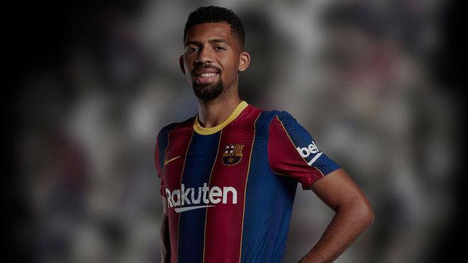 Matheus Fernandes posa con la camiseta del Barcelona