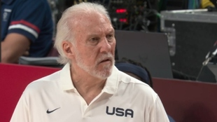 Gregg Popovich (72) en un partido de los Juegos Olímpicos de Tokyo.