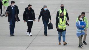 Leo Messi y su padre, en el aeropuerto, en una imagen de archivo