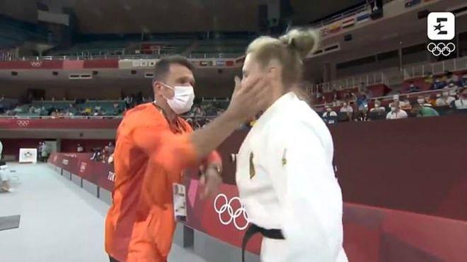 Martyna Trajdos y su entrenador en la imagen que creó la polémica
