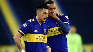 Sebastián Villa dialoga con Cristian Pavón en un encuentro de Boca.