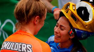 Mariana Pajón habla con la holandesa Merel Smulders.