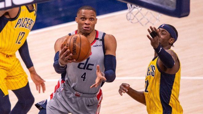 Westbrook anota durante un partido en la NBA