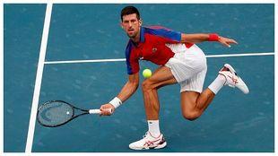 Djokovic devuelve una bola durante el partido ante Zverev