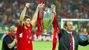 Rafa Benítez levanta la Champions conquistada en el Liverpool junto a...
