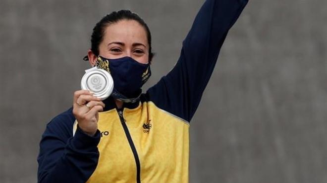 Mariana Pajón con la medalla de plata de Tokyo 2020.