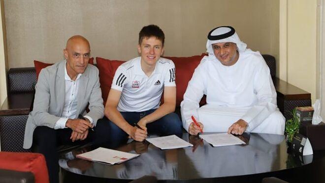 Tadej Pogacar, firmando junto a Matar Suhail Al Yabhouni y Mauro Gianetti