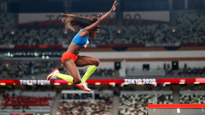 Caterine Ibargüen realiza un salto en Tokyo 2020.