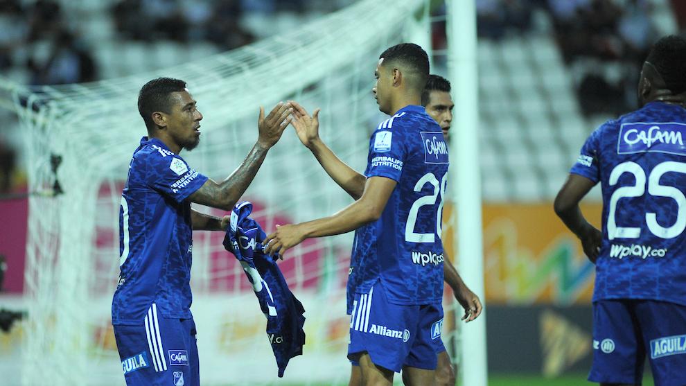 Mojica y Vega celebran un gol.
