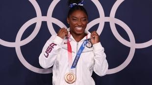 Simone Biles (25) posa con la medalla de bronce lograda en barra de...