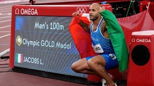 Jacobs celebra su triunfo en la final de los 100 metros planos.