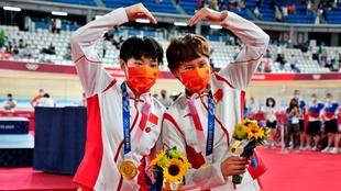 Bao Shanju y Zhong Tianshi celebran su medalla de oro.