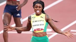 Elaine Thompson (29) a su llegada a meta en la carrera de 200 metros...