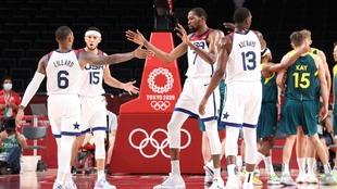 Los jugadores estadounidenses celebran una canasta.