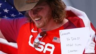Ryan Crouser (28) y el mensaje para su abuelo.
