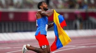Anthony Zambrano (23) celebra su medalla de plata con la bandera de...
