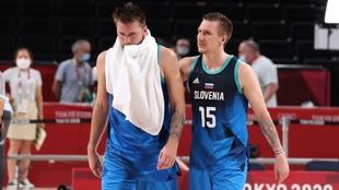 Luka Doncic (22) se retira de la cancha desconsolado tras perder ante...