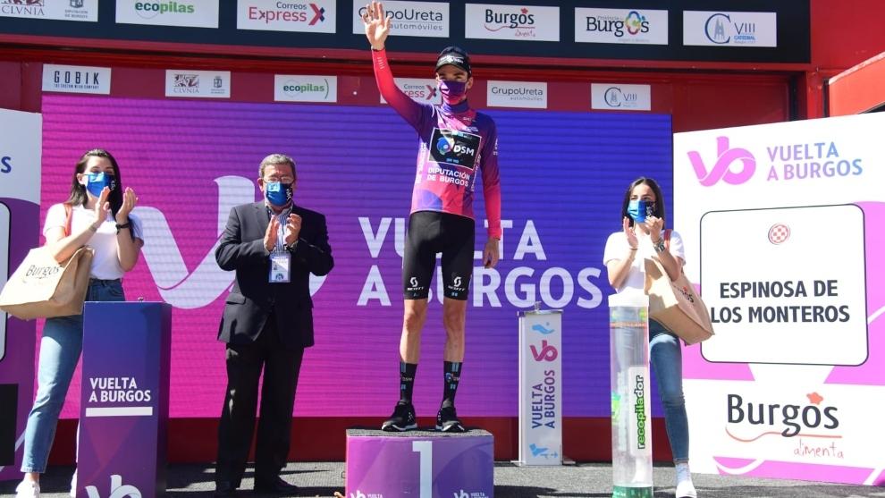 Bardet en el podio tras ganar la etapa y colocarse líder de la...
