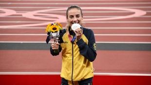 Lorena Arenas con su medalla de plata.