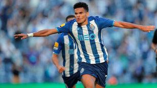 Luis Díaz corre a celebrar su primer gol de la temporada con el...
